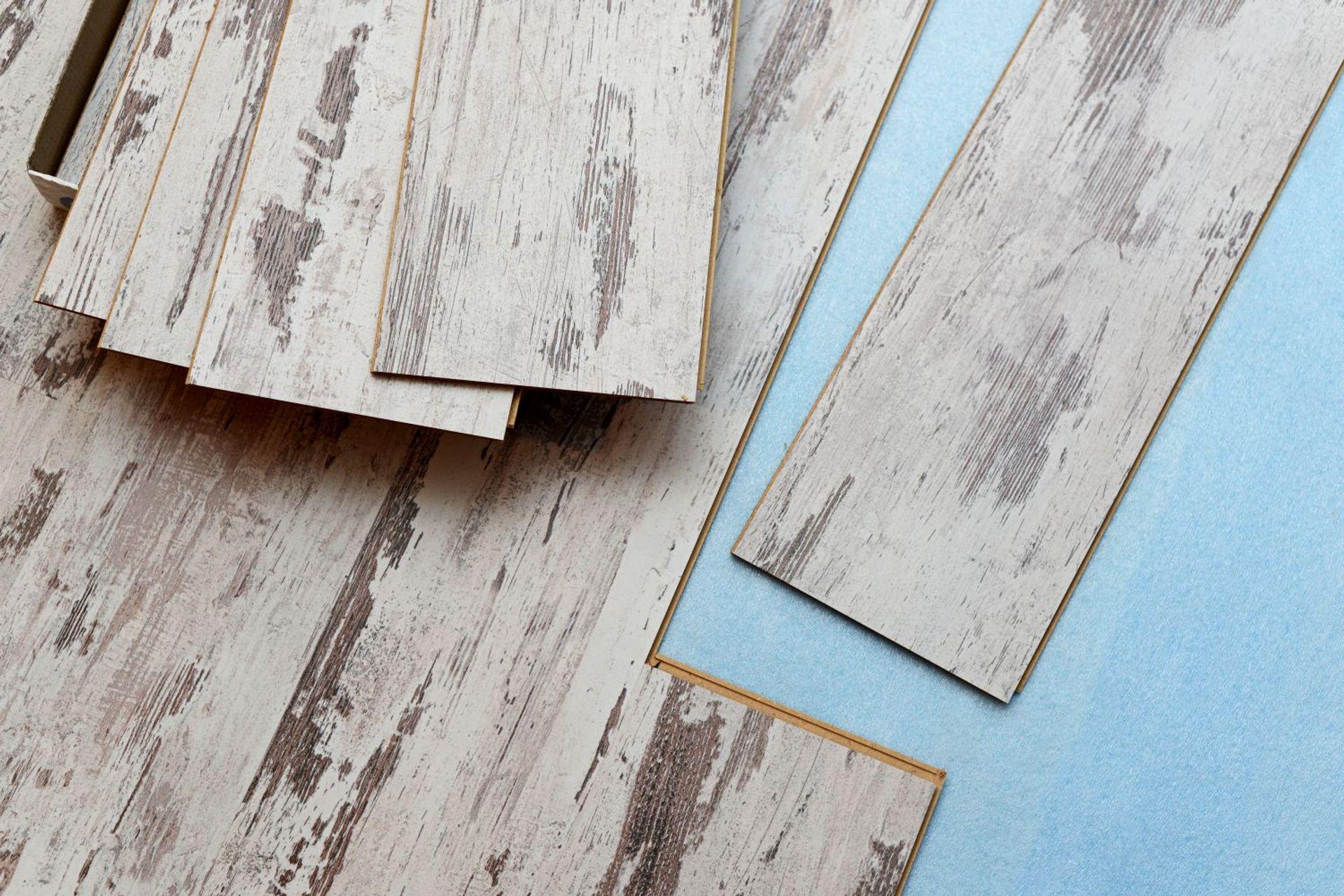 Układanie paneli podłogowych – krok po kroku
