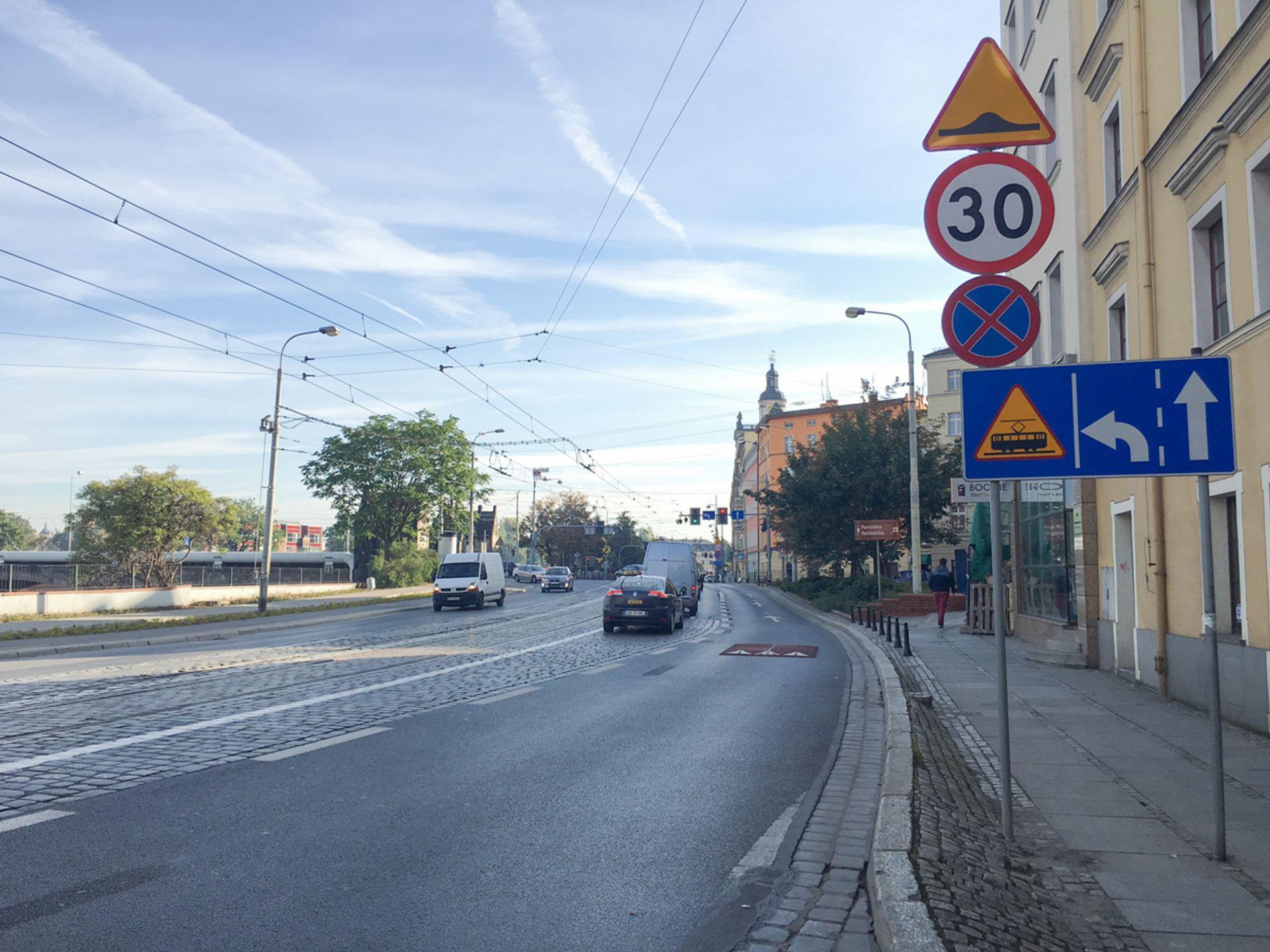 [Wrocław] Kierowcy na Grodzkiej pojadą wolniej. Jest ograniczenie prędkości i progi