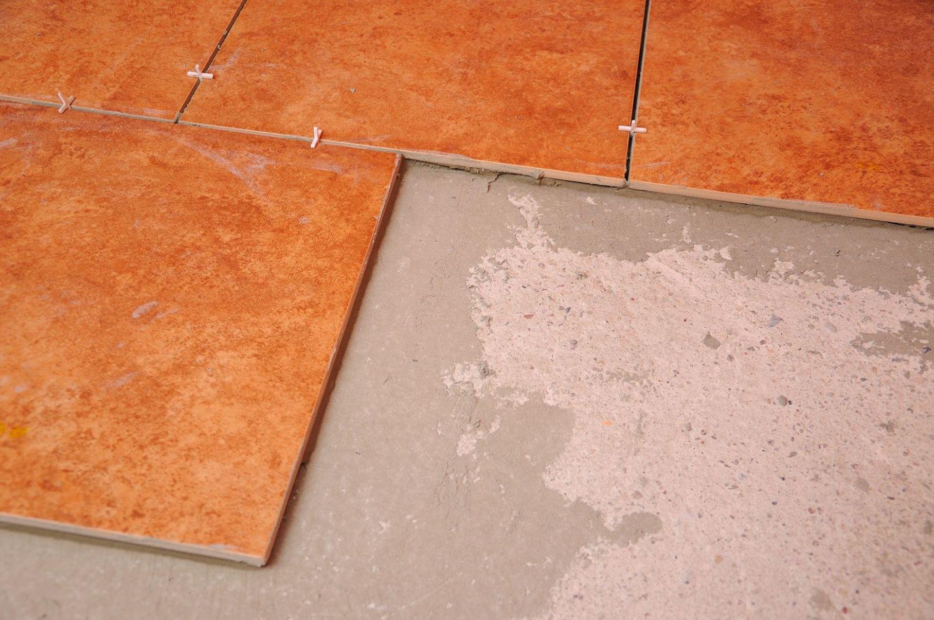 Układanie płytek podłogowych – krok po kroku