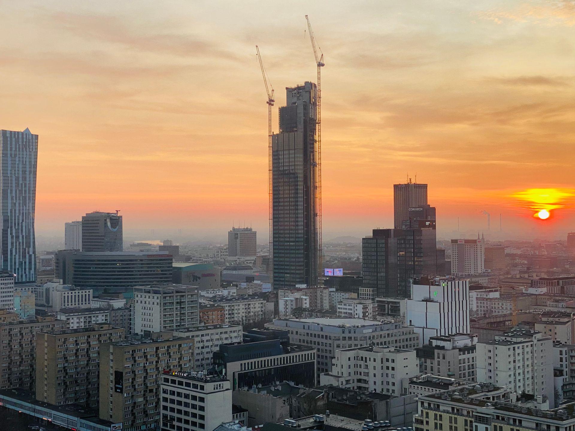 310 metrowa wieża Varso Tower w Warszawie pnie się w górę