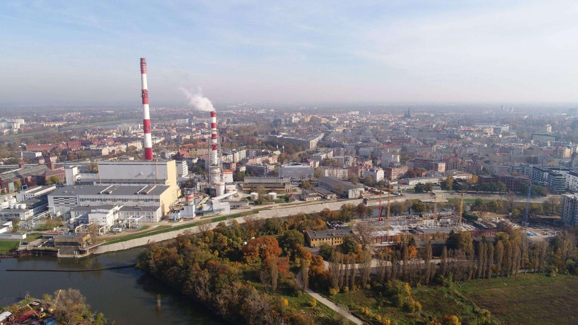 [Wrocław] Rozbiórka 120-metrowego komina elektrociepłowni zakończona