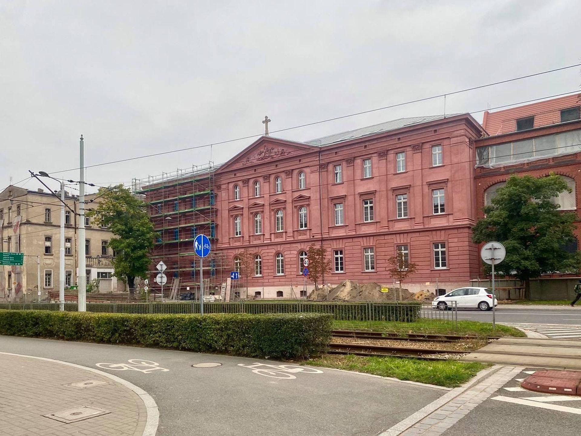 We Wrocławiu trwa rewitalizacja zabytkowego szpitala przy ulicy Pułaskiego [ZDJĘCIA + WIZUALIZACJE]