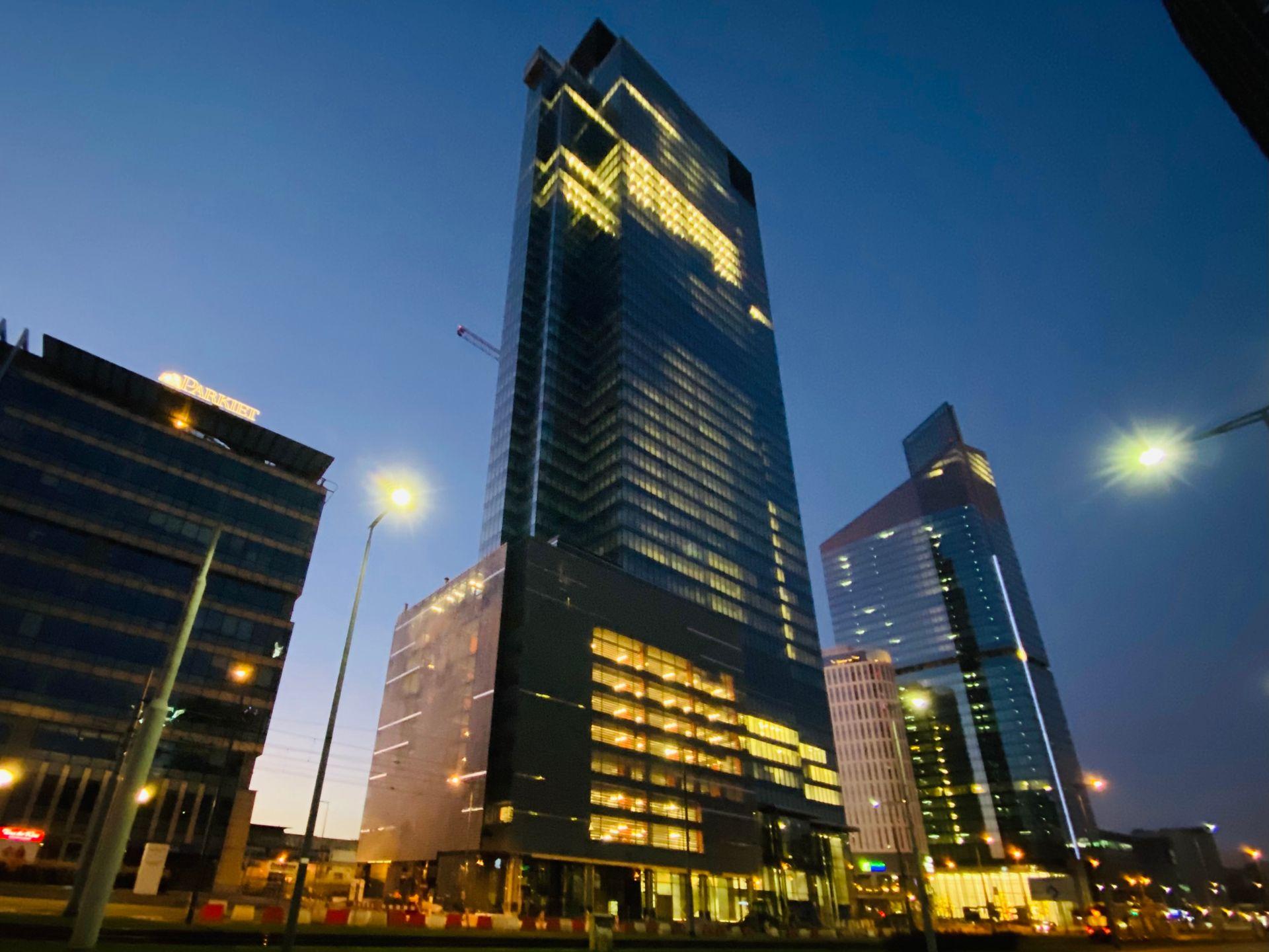 Warszawa: Trwa budowa 202 metrowej wieży biurowej Warsaw Unit [FILM + ZDJĘCIA]