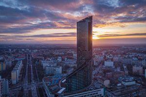 Grupa EMC wchodzi do Sky Tower we Wrocławiu