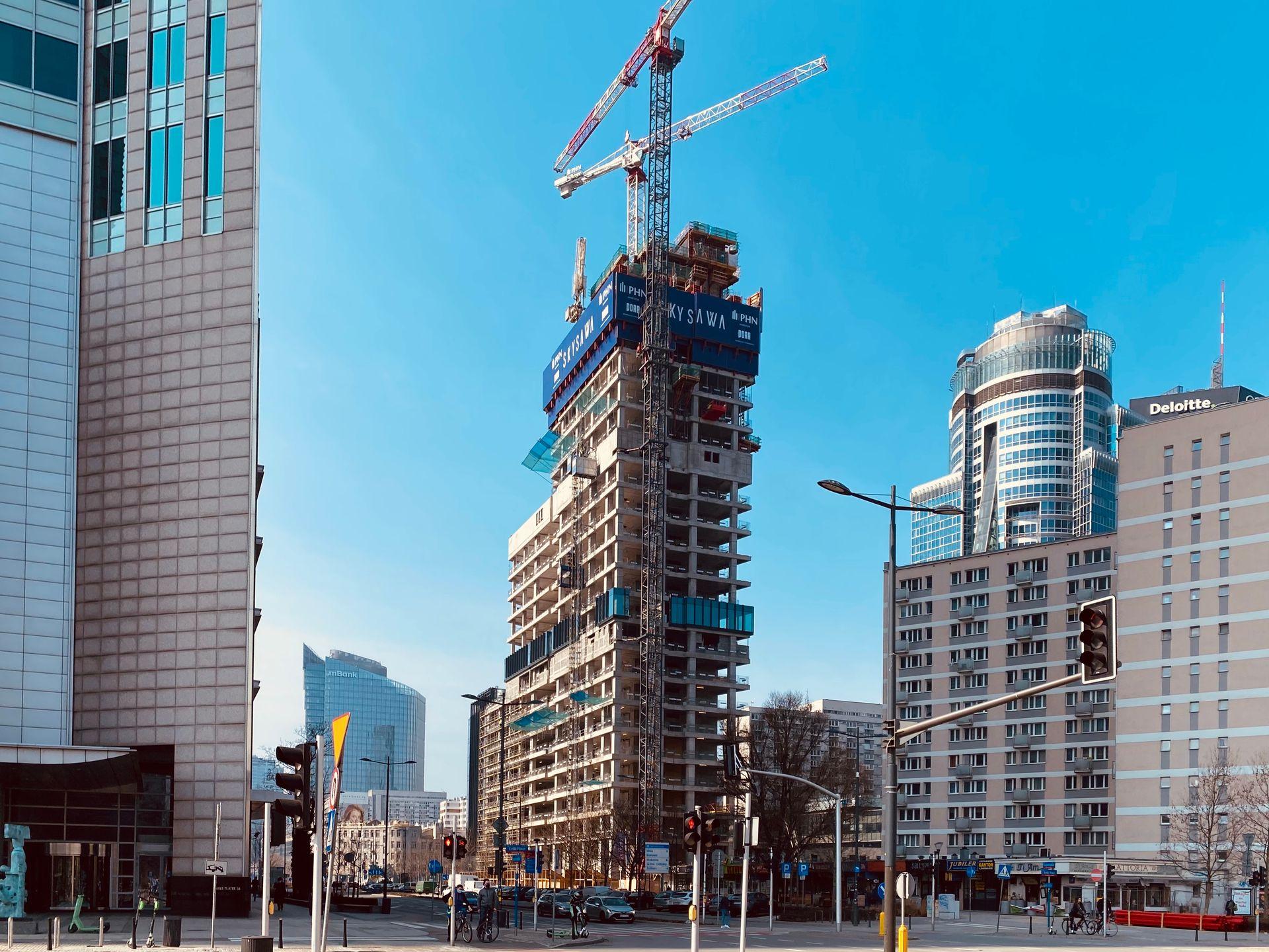 W Warszawie trwa budowa 155-metrowego biurowca w kompleksie Skysawa [FILM]