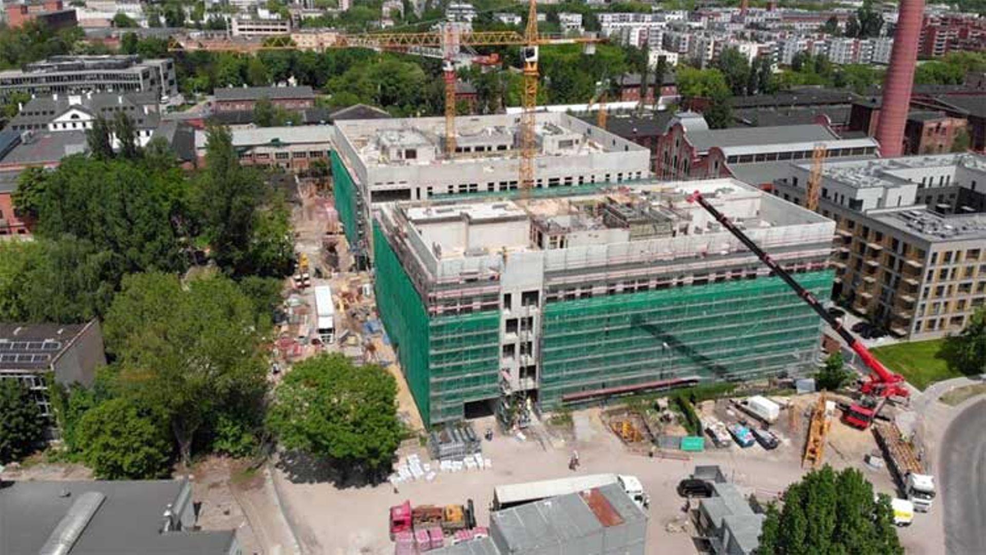 Zawisła wiecha na dwóch biurowcach w kompleksie Fuzja w Łodzi