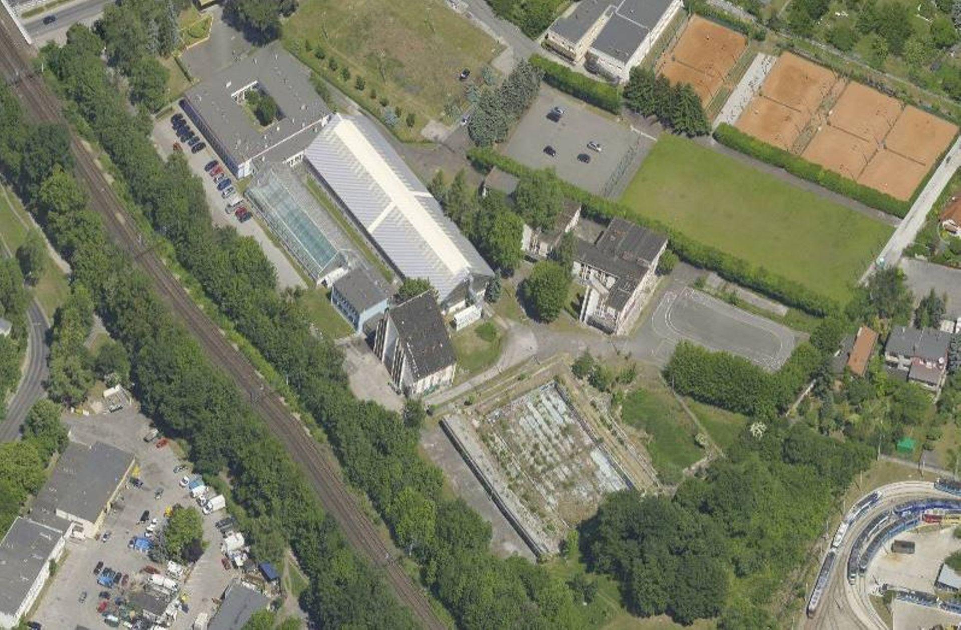 Nowa hala sportowa powstająca w miejscu dawnych basenów przy ulicy Racławickiej zostanie wybudowana w terminie