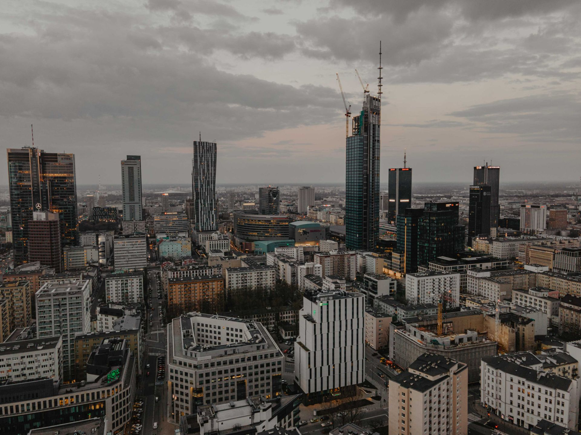 W centrum Warszawy trwa budowa 310-metrowego wieżowca Varso Tower