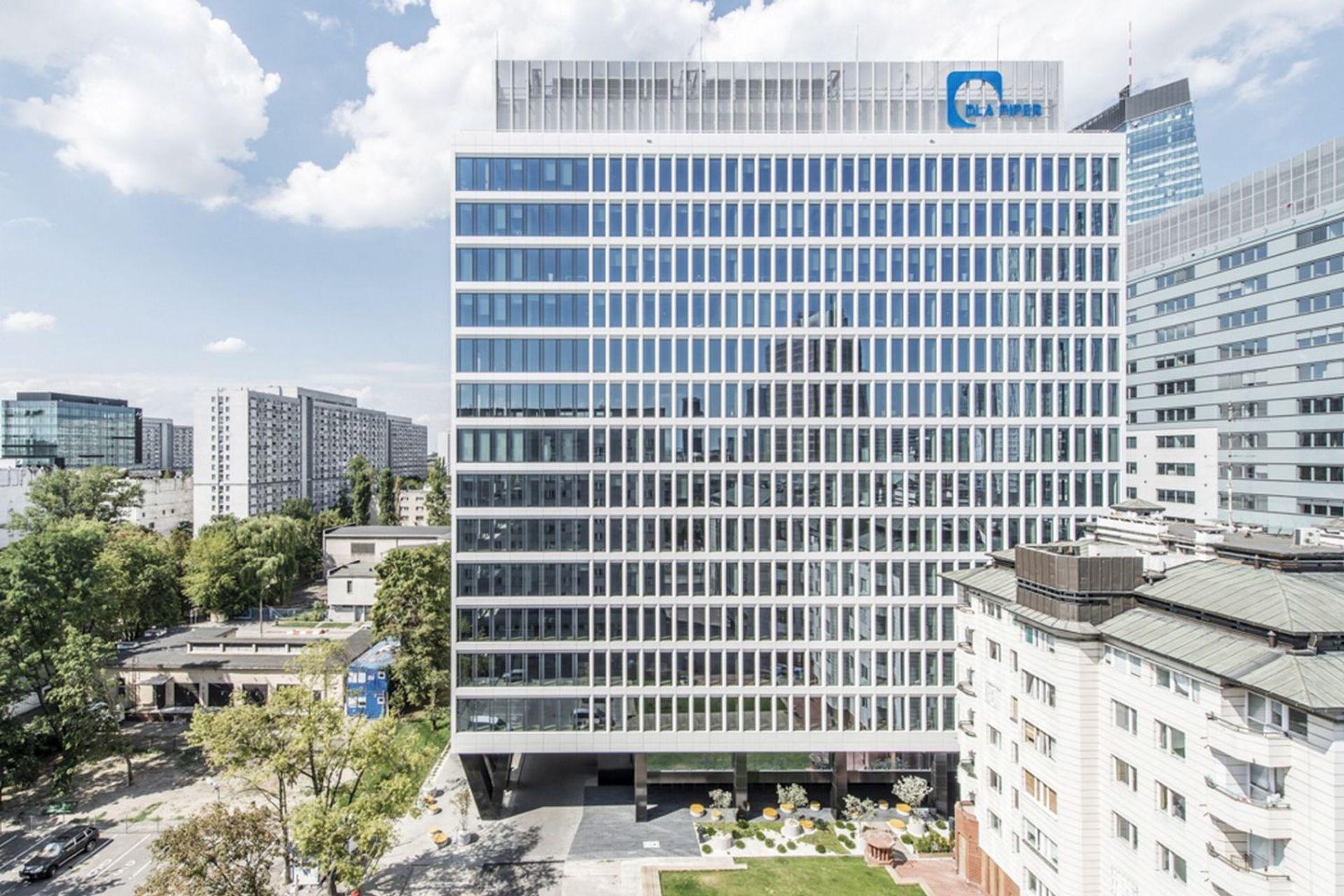 [Warszawa] Nowy biurowiec na Woli otwarty. Tuż obok powstał mural