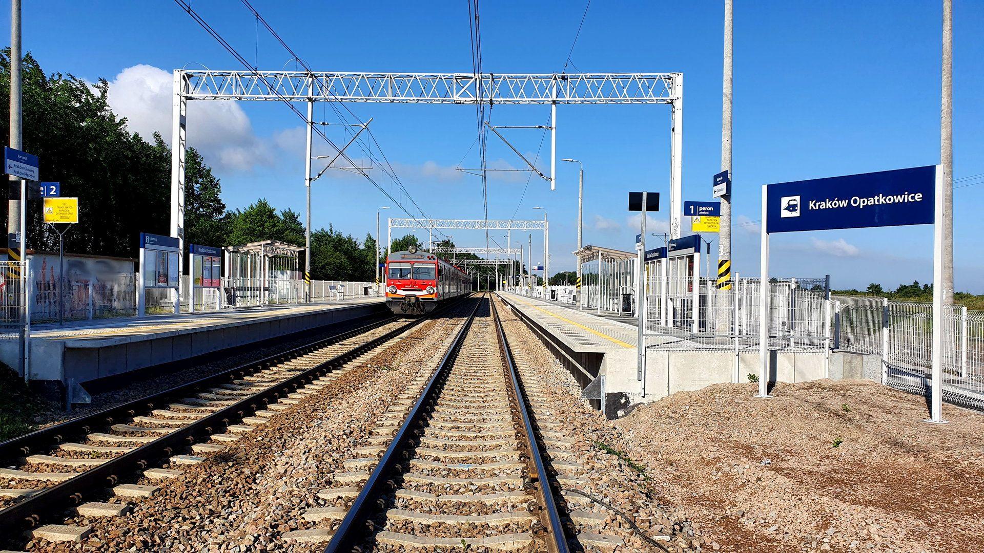 Podróżni korzystają już z nowych przystanków kolejowych w Krakowie i Skawinie