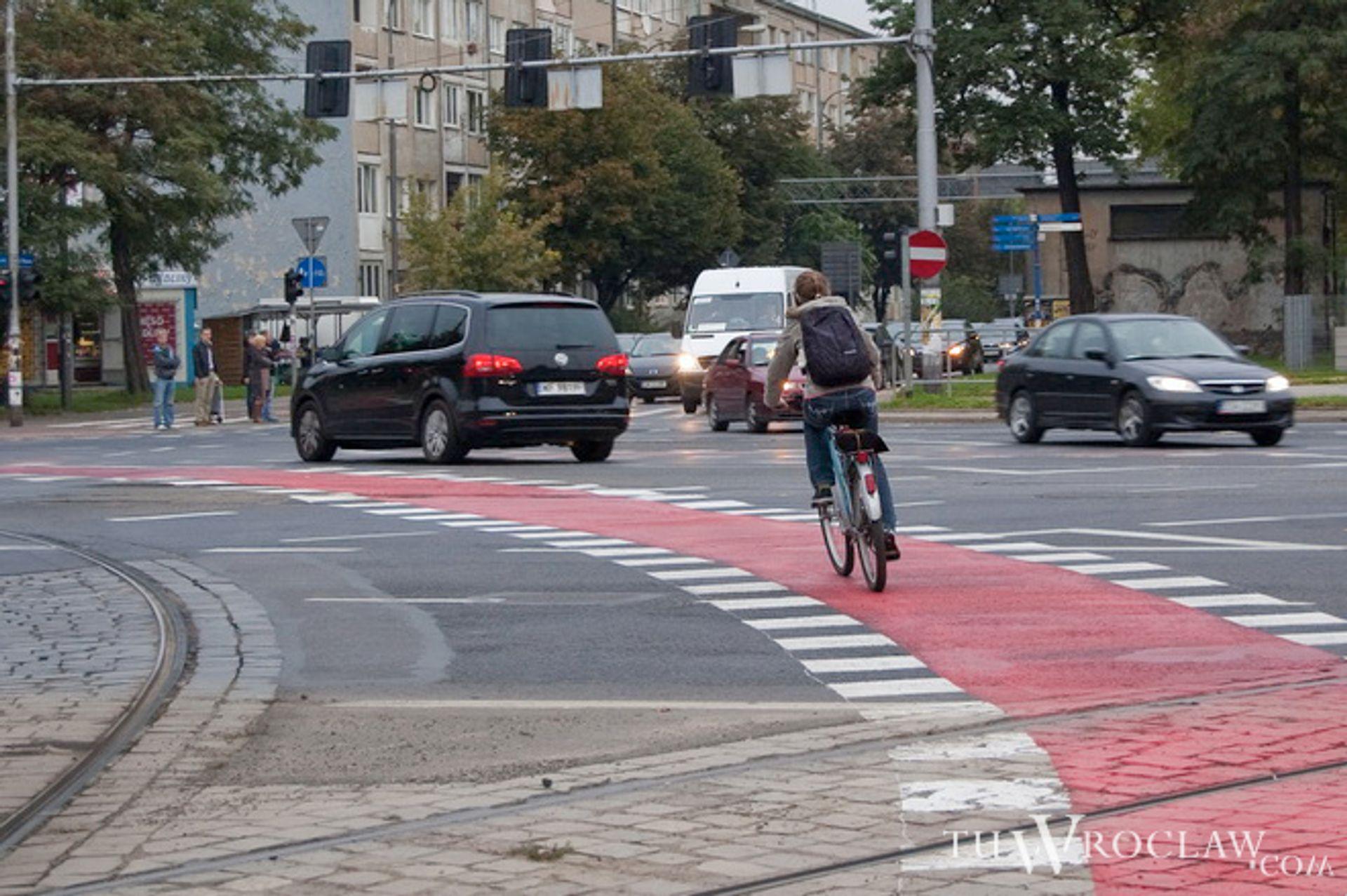 [Wrocław] Na skrzyżowaniu Hallera z Powstańców Śląskich rowerzyści skrecają razem z autami