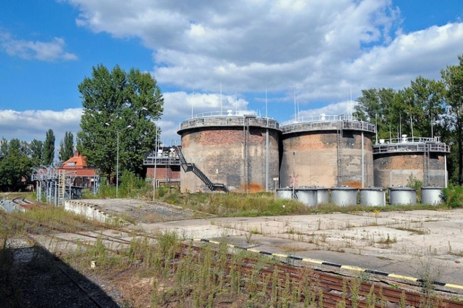 [Wrocław] Wojsko szuka kupca na bazę paliwową z bocznicą kolejową i basenem portowym