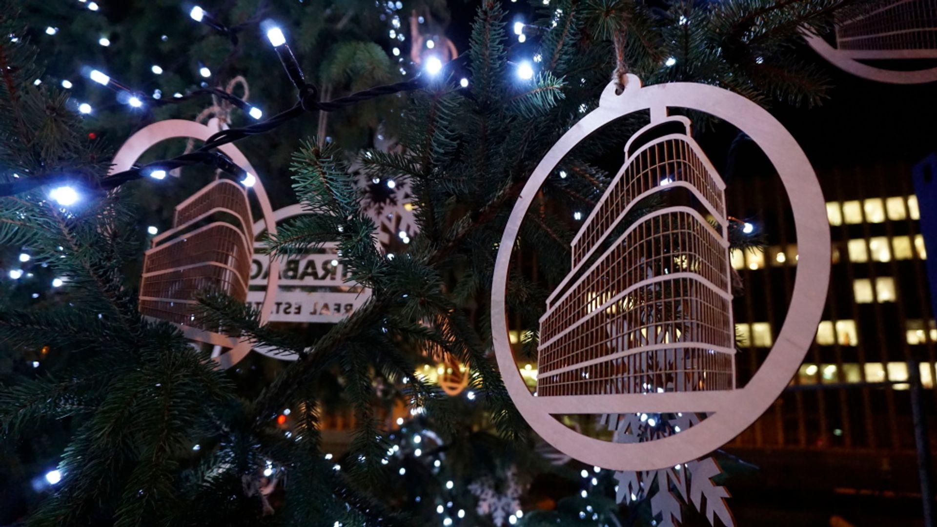 [Warszawa] Iluminacja świątecznej choinki na placu budowy biurowca Astoria