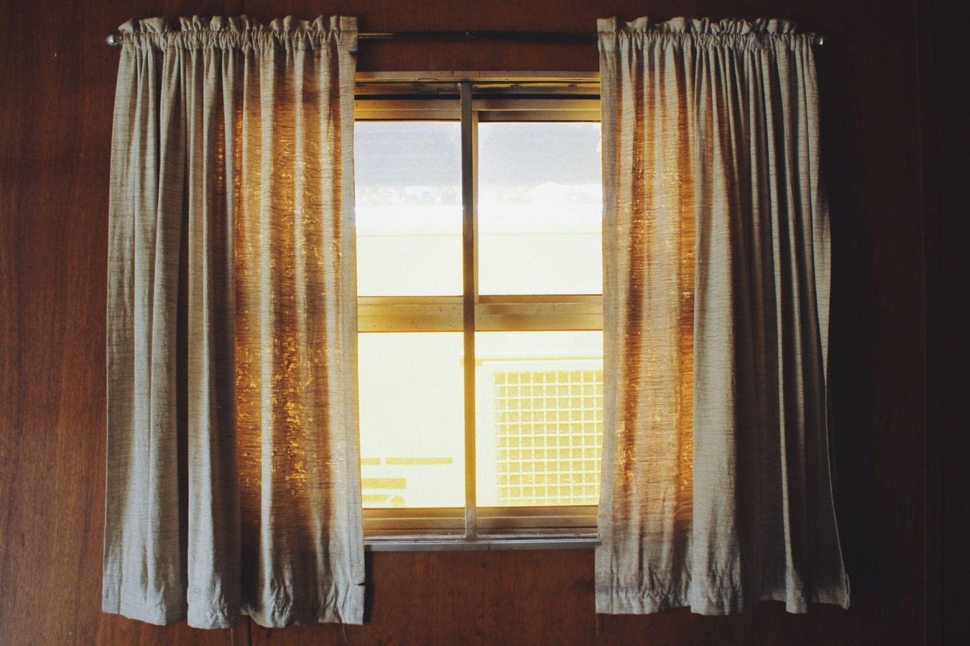 Karnisze i szyny sufitowe – 4 możliwości zawieszenia zasłon w naszym domu