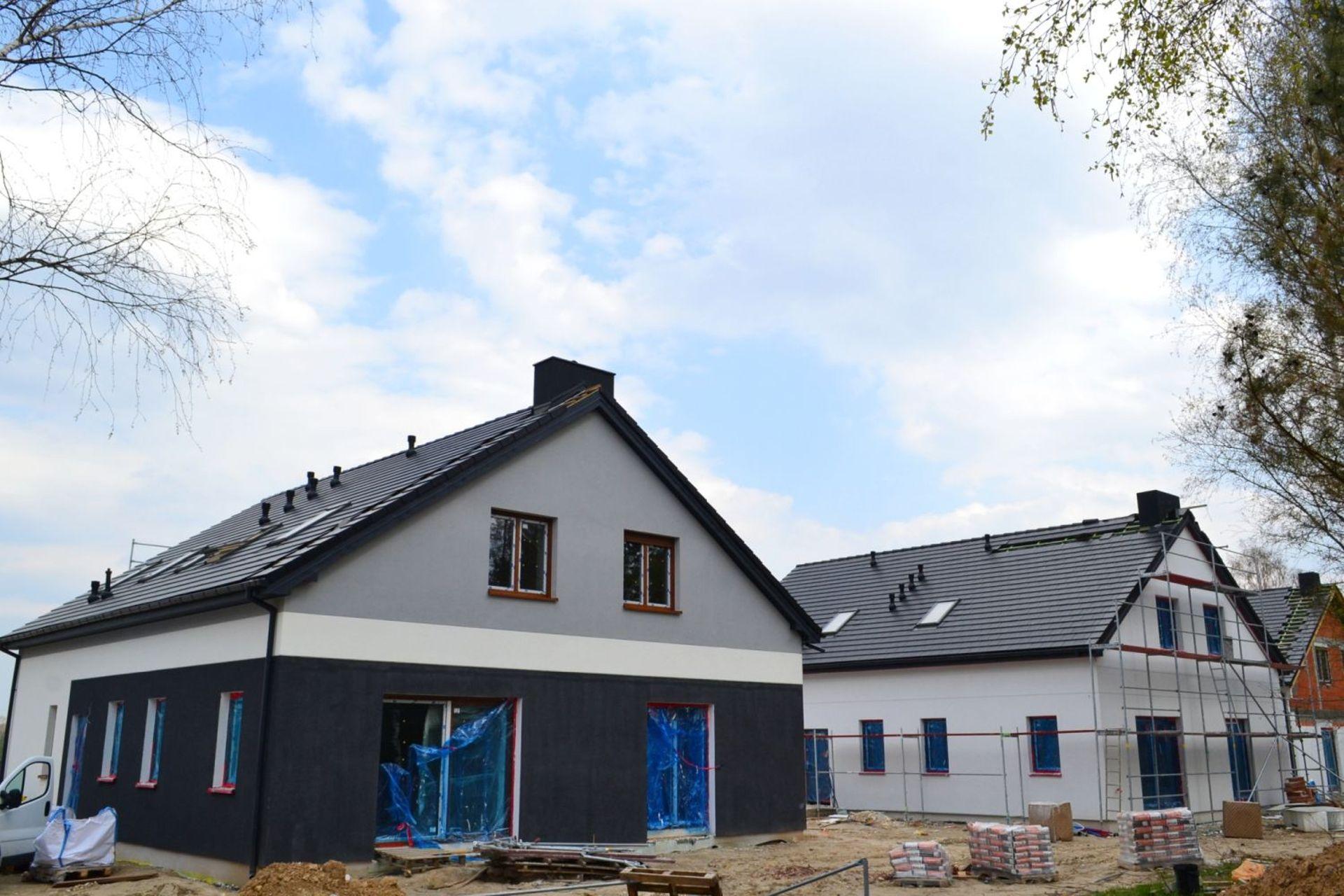 Powstają kolejne domy w II etapie Osiedla Przy Jeziorach w Poznaniu